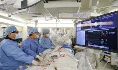 서울아산병원, 가슴 열지 않는 타비 시술 국내 첫 400례 성공